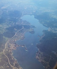 Wrthersee from the air, Klagenfurt in distance, Austria (Paul McClure DC) Tags: austria sterreich scenery krnten carinthia fromtheair klagenfurt wrthersee worthersee celovec may2016