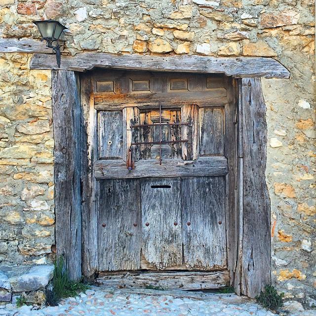Model de porta amb espiell, a Catalañazor. pobles on el temps es relenteix