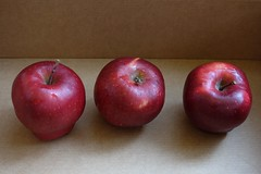 manzanas en la caja .... (davidgv60) Tags: david60 manzanas papel gotas agua frutas color composicin fujifilmxt10 espaa spain luznatural caja interior alimentos natur natural pomes photodgv
