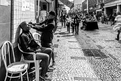 eyebrow shaping (Andre Yabiku) Tags: street brazil blackandwhite bw southamerica br sopaulo streetphotography eyebrowshaping stphotographia yabiku andreyabiku
