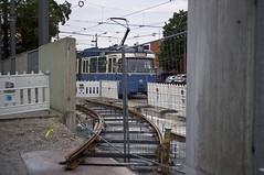 P-Zug 2010/3037 steuert im Betriebshof 2 seiner Wochenendruhe entgegen. Im Vordergrund liegt die provisorische Betriebshofsausfahrt (Frederik Buchleitner) Tags: 2010 3037 betriebshof betriebshof2 einrückfahrt einsteinstrase linie2128 linie2821 linienverbund mvg munich münchen pwagen strasenbahn streetcar tram tramsteinhausen trambahn