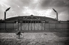 CDMX Street: Estadio (christait) Tags: street city man bicycle mexico football cyclist stadium soccer ciudad international riding ilfordhp5 2015 leicam3 rodinal1100 cdmx voigtlander21mmf4colorskopar