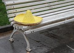 Amarillo sobre blanco (Lirba C) Tags: banco amarillo sombrero