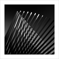 Metall il·luminat / Illuminated metal (ximo rosell) Tags: light blackandwhite bw sculpture blancoynegro luz valencia metal nikon squares bn escultura d750 llum acero ximorosell