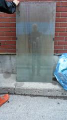 Selfie aux Corn Flakes [avec un rle de soutien] (Robert Saucier) Tags: blue glass wall bag montral pavement plateau montreal bricks sac bleu sidewalk mur cristal cornflakes trottoir briques plateaumontroyal vitre img3494