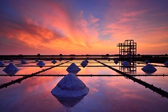 Sunset at salt Field  (Vincent_Ting) Tags: sunset sky reflection clouds nikon glow taiwan  tainan  crepuscularrays       saltfield       vincentting