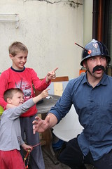 quick et flupke (leblondin) Tags: helmet arc police policeman drole casque miseenscene policier fleche