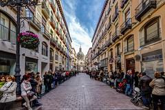 Esperando la procesión (chuscordeiro) Tags: street sky españa pilar canon calle gente zaragoza cielo nubes 7d aragon urbana turismo cupula 1022 semanasanta procesion lineas