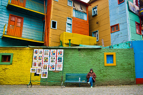 winter argentina colors lady mouth photography reading photo buenosaires artist sitting foto photographer image pic colores read lee bancos painter tables quarter invierno laboca fotografia benches barrio imagen cuadros artista fotografo señora leyendo pintora sentada conventillos paintedplates hernanpiñera chapaspintadas
