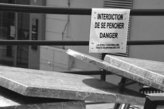 N'en faire qu' sa tte (Jean-Luc Lopoldi) Tags: bw danger warning noir humour tables et leaning blanc