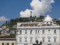 "Quito: la Vierge ailée <a style=""margin-left:10px; font-size:0.8em;"" href=""http://www.flickr.com/photos/127723101@N04/27442310545/"" target=""_blank"">@flickr</a>"