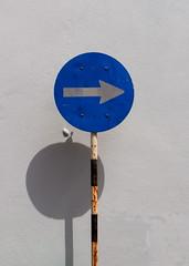 Turn right (Bruce Poole) Tags: blue portugal lisboa lisbon may places right bleu belem roadsign arrow signpost blau 2015 recht rightarrow turnright portugueserepublic repúblicaportuguesa otherkeywords brucepoole may2015 jardimbotanicodajuda tournezadroite