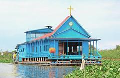 IMG_1322  Eglise flottante sur le Tonle Sap (philippedaniele) Tags: cambodge glise navigation mousson mkong epervier tonlsap villagelacustre sangkae plaineinondable maison egliseflottante fortinondable