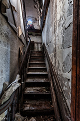 La escalera del pnico (Perurena) Tags: stairs madera decay steps ruina urbanexploration subida escaleras palacete abandono urbex peldaos