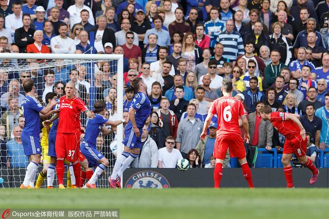 STEVEN GERRARD of Liverpool scores a goal to make it 1-1.--------------------.&Ben Queenboenborough /.Bars Premiermier League 2014/15.Cha v Liverpverpool.&#tamford Brd Bridge, Fulham Rd, London, United Kingdom.10 Ma152013;#13;©2015 Bueenueenborough /  a