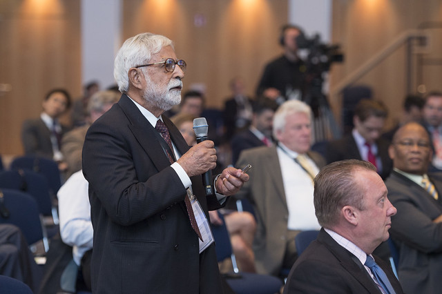 K.L. Thapar directs a question to Yvo de Boer