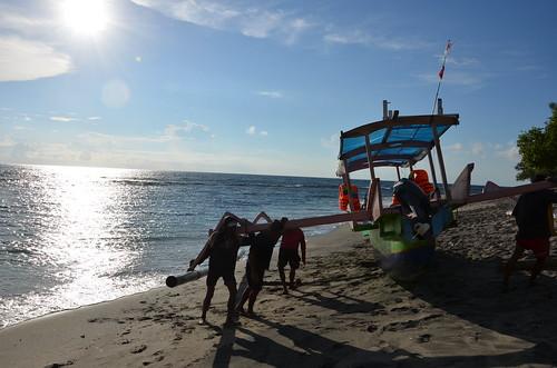 Boot ans Land bringen, Mangsit Beach, Lombok