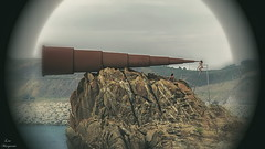 Nia que mira a travs del catalejo... (Leo ) Tags: nia curiosa robado catalejo roca arteixo corua galicia escultura
