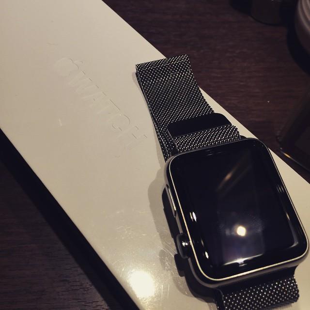 Apple Watchをドヤられてる。そして目の前に未開封のApple Watch Sportsが・・・