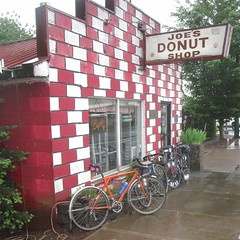A sodden kit bike @ Joe's (Tysasi) Tags: rain bike oregon sandy permanent populaire randonneur brevet randonneuse 650b joesdonuts kitbike nicolasflamelpopulaire bespokefopchariottm
