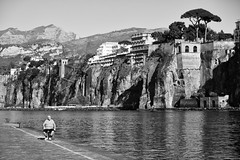 Chill-out Area (Cornelli2010) Tags: italien people blackandwhite bw italy sun warm afternoon streetphotography sunny chilling sorrento relaxation sonne chillen sorrent chillout entspannung erholung ruhe schwarzweis canonef70200mm14l canoneos5dmarkiii