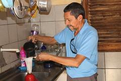 Irmo Raimundo prepara o caf na cozinha que ele bem comhece 171 (vandevoern) Tags: caf gua brasil ra piaui fogo floriano vandevoern landrisales