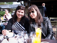 Myriam & Pauline (Dahrth) Tags: friends london londres brunch orangejuice amies jusdorange microfourthirds panasoniclumixgf1 lumix20mm 20mmpancake gf120 lumixmicroquatretiers lumix43