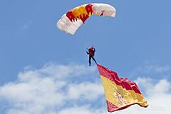 Bandera Española (almorenoa) Tags: papea patrullaacrobáticaparacaidistadelejércitodelaire ejercitodelaire airforce spain españa aerobatics paracaídas parachute madrid villaviciosadeodon spanishairforce parachutejump canon70d bandera flag spanishflag tamronsp70200f28divcusd