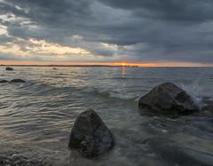 Two Stones (rahe.johannes) Tags: steine schleswigholstein brandung ostsee baltic wasser meer sonnenuntergang wolken wolkenstimmung