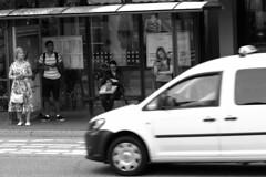Bushaltestelle (Rüdiger Stehn) Tags: 2000er 2000s 2016 canoneos550d europa mitteleuropa deutschland norddeutschland schleswigholstein kiel kielravensberg menschen leute schwarzweis schwarzundweis bw blackwhite blackandwhite monochrome