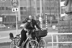 Afscheid (kees.brink) Tags: blackwhite zwartwit straat straatfotografie
