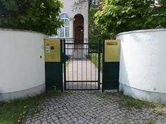 Berlin Botschaft der Republik Benin Englerallee 23 in 14195 Dahlem (Bergfels) Tags: berlin politik cd benin dahlem botschaft beschriftet 14195 englerallee gesandtschaft bergfels diplomatischescorps republikbenin