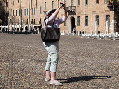 Snap #020 (Peter.Bartlett) Tags: camera city people urban italy woman window hat bag cafe candid streetphotography it tourists doorway mantova lombardia m43 lunaphoto urbanarte microfourthirds peterbartlett olympusomdem1