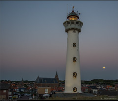 De Vuurtoren J.C.J. van Speijk (Peterbijkerk.eu Photography) Tags: moon zonsondergang nederland noordzee nl zon vuurtoren noordholland vanspeijk maan egmondaanzee peterbijkerkeu