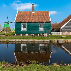 Zaanse Schans - Spiegelung (swissgoldeneagle) Tags: holland reflection green netherlands windmill d750 grn spiegelung gruen zaanseschans noordholland niederlande zaandam windmhle windmuehle