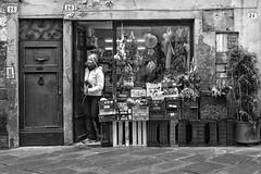 Primizie di stagione (carlo tardani) Tags: bw lucca negozio bianconero ragazza blackandwhitephotos ortofrutta nikond800 negoziodialimentari viadelcentro mnegozio