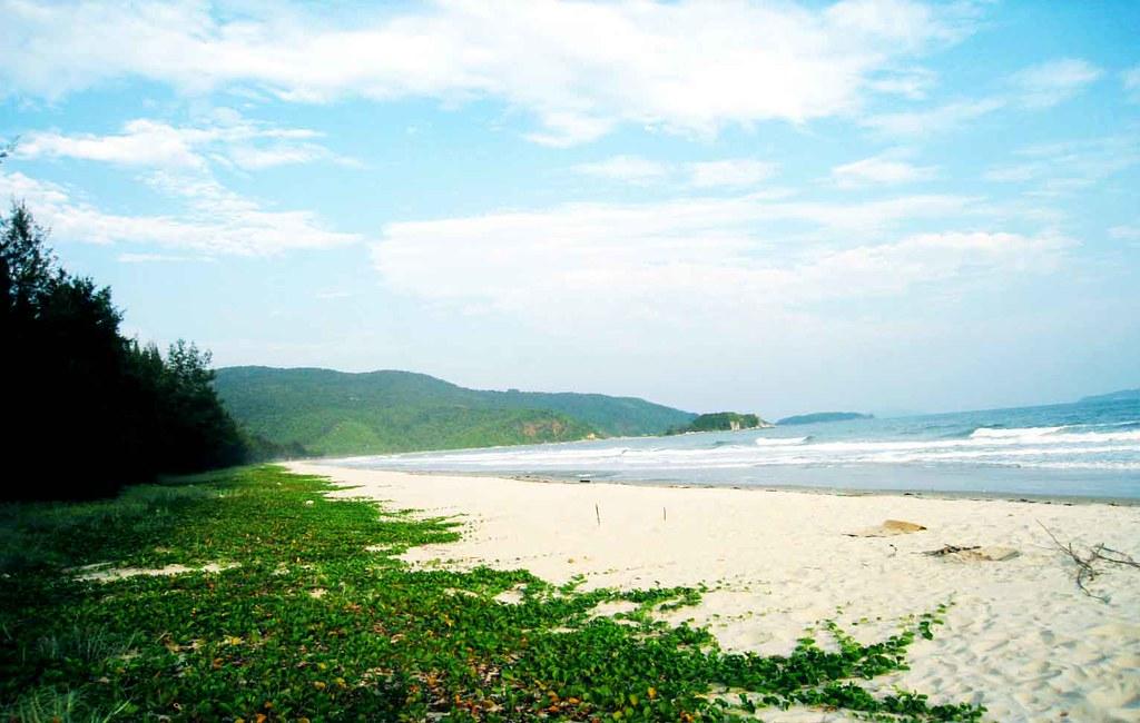 6Ấn tượng nhất mà Quan Lạn đem lại cho du khách là bãi cát trắng trải dài trên bờ biển