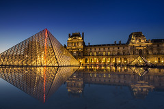 Louvre (Herv D.) Tags: longexposure paris reflection pose long exposure louvre reflet tuileries nuit pyramide longue poselongue heurebleue