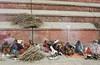 (Sébastien Pineau) Tags: nepal ladies men film wall analog pared fire asia slide scan scanned kathmandu asie analogue fuego mur mujeres feu hommes femmes argentique hombres pineau pashupatinath népal analogic scaner pellicule नेपाल kathmandou sādhu साधु संघीय लोकतान्त्रिक argéntico nepāl sébastienpineau गणतन्त्रात्मक