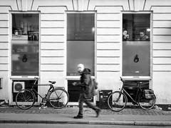 Between coffees and bikes (fernando_gm) Tags: street people blackandwhite bw woman man bike copenhagen denmark calle nikon women gente human hombre dinamarca copenague callejera d7000