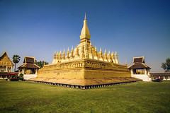 Pha That Luang (Great Stupa) - Vientiane, Laos (pas le matin) Tags: world voyage travel history architecture canon gold golden asia buddha or stupa capital buddhism 7d asie laos lao vientiane greatstupa phathatluang southesatasia canoneos7d canon7d