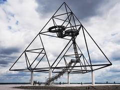 Tetraeder (thomas.poeter) Tags: wolken ruhrgebiet pott perspektive bottrop geometrie plattform