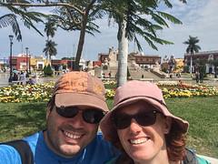 """Trujillo: selfie sur un banc devant la Plaza de Armas <a style=""""margin-left:10px; font-size:0.8em;"""" href=""""http://www.flickr.com/photos/127723101@N04/27732044161/"""" target=""""_blank"""">@flickr</a>"""