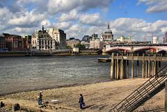 cuando baje la marea (RalRuiz) Tags: greatbritain london thames ro unitedkingdom cielo nubes londres tmesis reinounido marea granbretaa