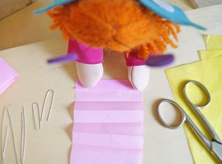 Faça uma tira com o papel de seda, e dobre em tirinhas.
