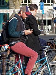 Est-ce que a se soigne? (thierrymasson94) Tags: portrait paris france bicyclette documentaire tlphoneportable vlocipde