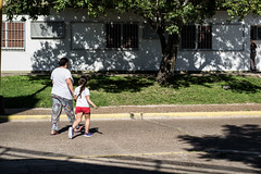 A cruzar (martinnarrua) Tags: street morning people sun man sol maana argentina person persona photography nikon day streetphotography sunny personas entre ros amateur hombre federacin soleado nikond3100