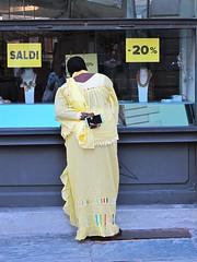IMG_3345 (ermyale) Tags: giallo vetrina saldi domodossola vco piemonte italia etnico