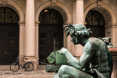 Wie... (Thomas Wyser) Tags: hamburg rathaus fujixxpro2 brunnen fountain fahrrad bicyle boot schiff boat ship well townhall cityhall