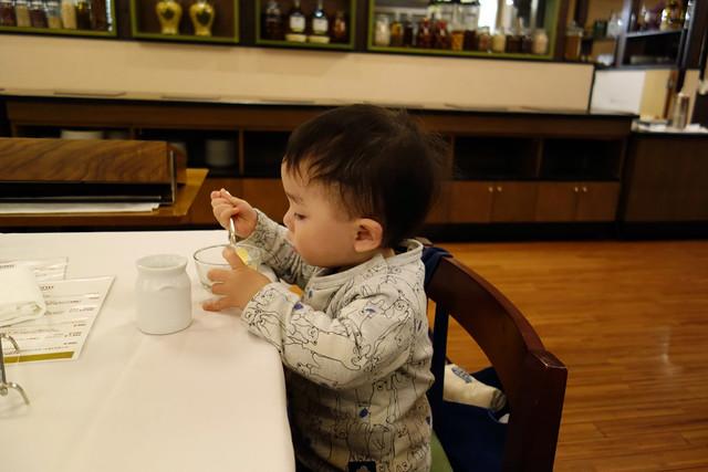 自分で食事する末っ子の次男
